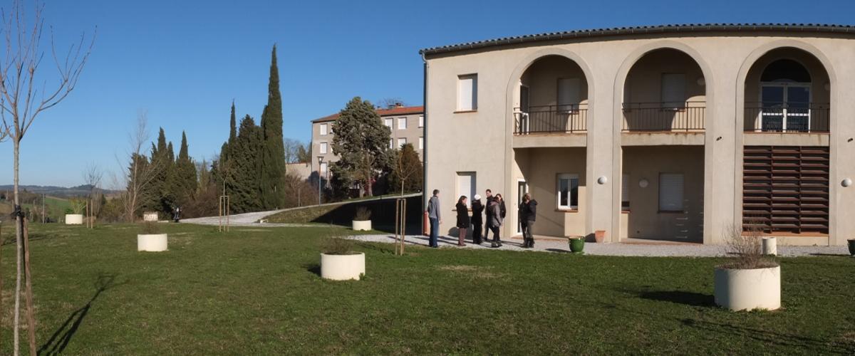 """Le bâtiment """"Lauragais"""", construit en 2005 reçoit des formations adultes, dans un cadre champêtre."""