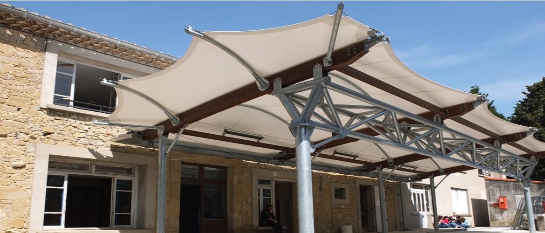 Le préau de toile tendue situé au centre de la Rouatière associe son architecture moderne à la tradition des vieilles pierres de l'ancien domaine agricole.
